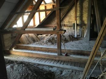 Deckenbalken im Dach freilegen